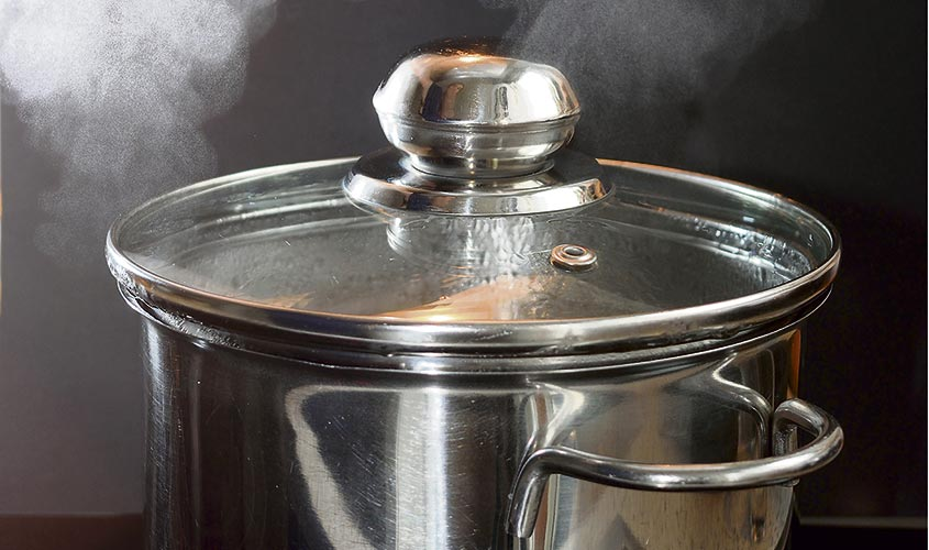 warum kocht wasser in einem topf mit deckel schneller. Black Bedroom Furniture Sets. Home Design Ideas